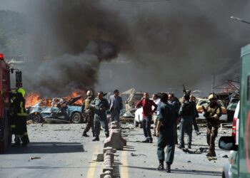 TOPSHOT - Afghan security forces arrive at the site of a car bomb attack in Kabul on May 31, 2017. At least 40 people were killed or wounded on May 31 as a massive blast ripped through Kabul's diplomatic quarter, shattering the morning rush hour and bringing carnage to the streets of the Afghan capital. / AFP PHOTO / SHAH MARAI